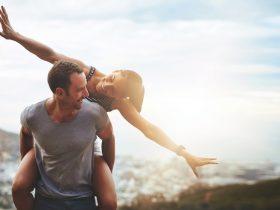 7 Alasan Kamu Perlu berada dalam Hubungan yang Satu Frekuensi Hubungan berpasangan, baik masih berpacaran maupun sudah suami istri pasti tidak terlepas dari sebuah masalah. Namun, untuk menghindari kesalahpahaman yang rumit, kamu membutuhkan sosok pasangan yang masih berada dalam satu frekuensi 7 Alasan Berada dalam Hubungan dengan Satu Frekuensi 1. Saling Menjadi Pelengkap Hubungan antara lawan jenis tidak hanya sekedar romantisme belaka, tetapi juga menyangkut kecocokan dari masing-masing pihak. Pasangan bisa diartikan sebagai pelengkap kehidupan, sehingga saling menutupi kekurangan masing-masing dan menambah kelebihan yang sudah ada. 2. Komunikasi Terjalin dengan Baik Frekuensi sama yang dimiliki oleh sepasang kekasih atau suami istri akan memudahkan kamu dalam berkomunikasi. Satu frekuensi yang dimaksud adalah topik pembicaraan dan cara pandang masing-masing pihak. Komunikasi yang terjaga dengan baik akan membuat hubungan lebih awet. Misalnya saja, kamu sangat menyukai orang yang pintar, matang, dan berwawasan luas. Maka, sebaiknya carilah pasangan yang berusia lebih tua dengan jenjang pendidikan tinggi dan berpengalaman dalam banyak hal. 3. Tidak Mudah Bertengkar Keharmonisan dalam sebuah hubungan tidak didapatkan secara instan. Ketika memiliki pasangan dengan frekuensi yang sama, kamu patut bersyukur dan menjaga hubungan tersebut sebaik mungkin. Pasangan satu frekuensi akan lebih mudah memahami dan menghindari perdebatan atau pertengkaran yang kurang perlu. Mereka lebih menerima perbedaan dan menghargai keputusan dari masing-masing pasangan. 4. Hubungan yang Penuh Kejutan Memiliki pasangan yang masih dalam satu frekuensi biasanya memberikan kejutan-kejutan baru. Kamu mungkin akan merasa heran sekaligus bahagia, karena menjalani kehidupan yang sulit ditebak dan pastinya lebih seru. 5. Memiliki Visi Misi yang Sejalan Hubungan yang dibangun dari pasangan satu frekuensi akan lebih mudah mencapai visi dan misi. Walaupun banyak perbedaan, namun hal tersebut tidak ak